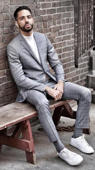 Как и с чем носить: серый костюм в шотландскую клетку, белая водолазка, белые низкие кеды из плотной ткани, серые носки