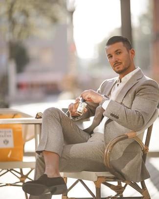 Как и с чем носить: серый шерстяной костюм, белая классическая рубашка, черные замшевые лоферы, серебряные часы