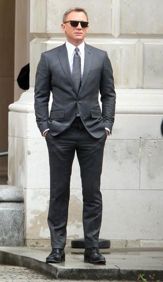Как Daniel Craig носит Серый костюм, Белая классическая рубашка, Черные кожаные туфли дерби, Серый галстук