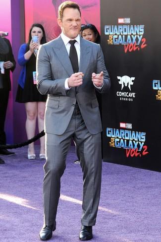 Как Chris Pratt носит Серый костюм, Белая классическая рубашка, Черные кожаные туфли дерби, Черный галстук
