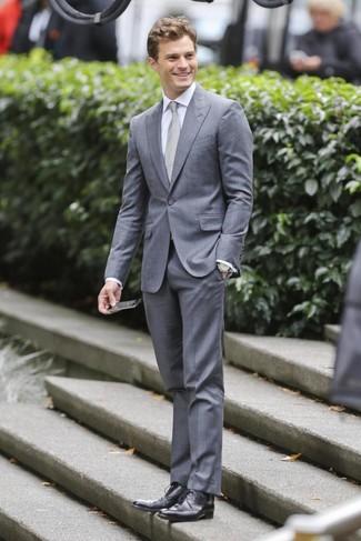 Как Jamie Dornan носит Серый костюм, Белая классическая рубашка, Черные кожаные туфли дерби, Серый галстук