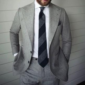 Модный лук: Серый костюм, Белая классическая рубашка, Черный галстук в вертикальную полоску, Черный нагрудный платок