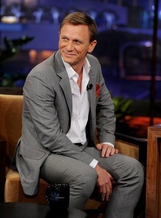 Как Daniel Craig носит Серый костюм, Белая рубашка с длинным рукавом, Красный нагрудный платок