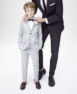 Как и с чем носить: серый костюм, белая рубашка с длинным рукавом, темно-коричневые лоферы, черный галстук-бабочка