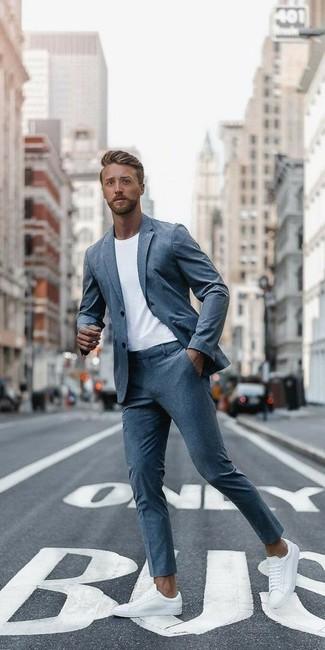 Как и с чем носить: серый костюм, белая футболка с круглым вырезом, белые кожаные низкие кеды