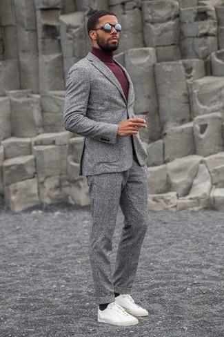 Сочетание серого шерстяного костюма и темно-красной водолазки поможет создать модный и мужественный ансамбль. Закончи лук белыми кожаными низкими кедами, если не хочешь, чтобы он получился слишком претенциозным. С таким образом весна обещает быть веселой и наполненной приятными знакомствами.