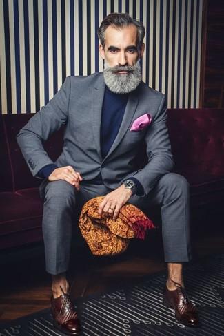 Ярко-розовый нагрудный платок: с чем носить и как сочетать: Серый костюм в клетку и ярко-розовый нагрудный платок — обязательные вещи в арсенале модного современного джентльмена. Почему бы не привнести в этот лук на каждый день чуточку стильной строгости с помощью темно-коричневых кожаных оксфордов?