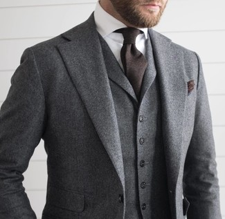 Модный лук: Серый шерстяной костюм-тройка, Белая классическая рубашка, Темно-коричневый галстук, Темно-коричневый нагрудный платок