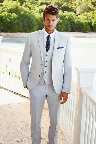 серый костюм-тройка в паре с белой классической рубашкой — воплощение классического мужского стиля.