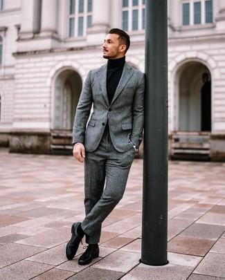 Как и с чем носить: серый шерстяной костюм, черная водолазка, черные кожаные туфли дерби, черные носки