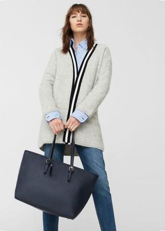 Как и с чем носить: серый открытый кардиган, голубая классическая рубашка, темно-синие джинсы, темно-синяя кожаная большая сумка