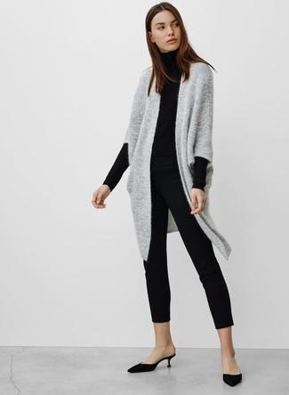Как и с чем носить: серый вязаный открытый кардиган, черная водолазка, черные узкие брюки, черные сатиновые сабо