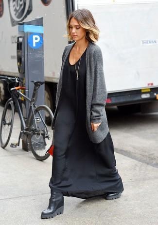 Как и с чем носить: серый открытый кардиган, черное шелковое платье-макси, черные кожаные ботильоны на танкетке