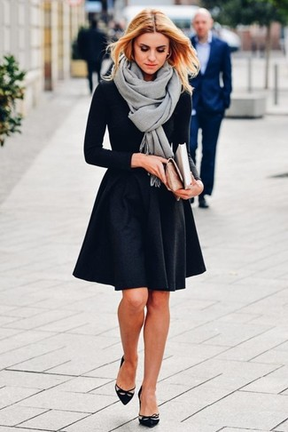 Как и с чем носить: серый палантин, черная футболка с длинным рукавом, черная короткая юбка-солнце, черные замшевые туфли с вырезом