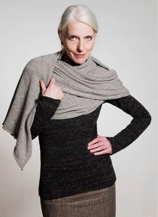 Как и с чем носить: серый палантин, черная шерстяная водолазка, коричневая шерстяная юбка-карандаш