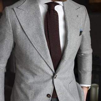 Модный лук: Серый пиджак, Белая классическая рубашка, Темно-коричневый вязаный галстук, Темно-зеленый нагрудный платок
