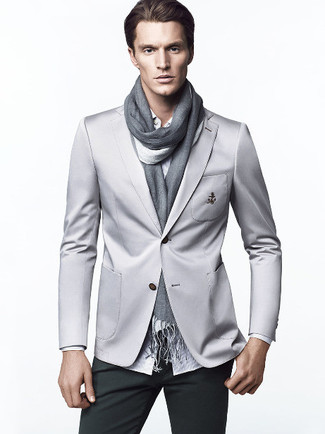 Как и с чем носить: серый пиджак, белая рубашка с длинным рукавом в вертикальную полоску, темно-зеленые брюки чинос, серый шарф