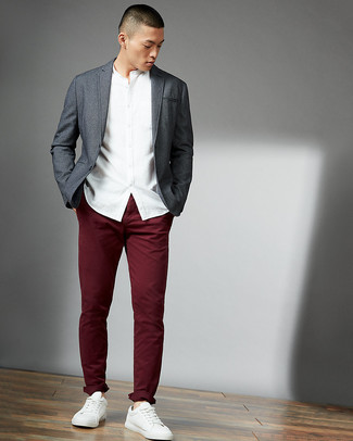Как и с чем носить: серый пиджак, белая рубашка с длинным рукавом, темно-красные брюки чинос, белые кожаные низкие кеды