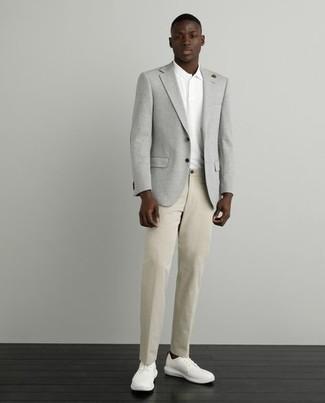 С чем носить куртку мужчине: Комбо из куртки и светло-коричневых брюк чинос подходит для свидания или встречи с коллегами. Если тебе нравится поэкспериментировать, на ноги можешь надеть белые низкие кеды из плотной ткани.