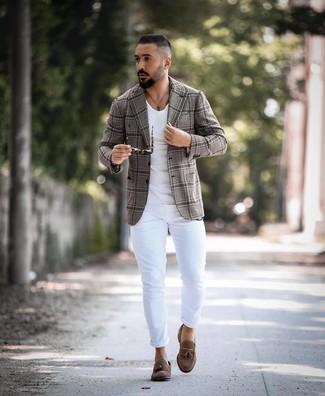 Как и с чем носить: серый пиджак в шотландскую клетку, белая футболка с круглым вырезом, белые зауженные джинсы, коричневые замшевые лоферы с кисточками