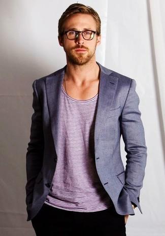 Как Ryan Gosling носит Серый пиджак, Белая футболка с круглым вырезом в горизонтальную полоску, Черные брюки чинос