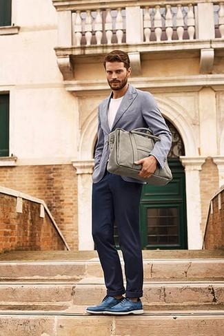 Как Jamie Dornan носит Серый пиджак, Белая футболка с круглым вырезом, Темно-синие брюки чинос, Синие кожаные туфли дерби