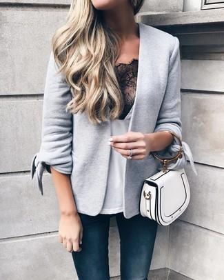Как и с чем носить: серый вязаный пиджак, бело-черная кружевная майка, темно-синие джинсы скинни, белая кожаная сумочка