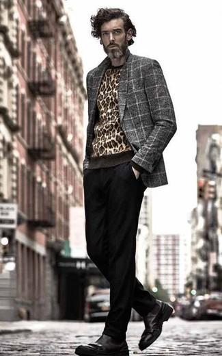 Серый шерстяной пиджак в клетку: с чем носить и как сочетать мужчине: Если ты принадлежишь к той немногочисленной группе парней, способных неплохо ориентироваться в том, что стильно, а что нет, тебе подойдет сочетание серого шерстяного пиджака в клетку и черных брюк чинос. Элегантности и классики луку добавит пара черных кожаных ботинок челси.