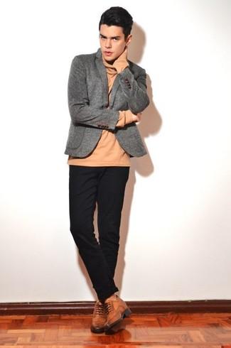 Как и с чем носить: серый шерстяной пиджак, светло-коричневая водолазка, черные брюки чинос, коричневые кожаные броги