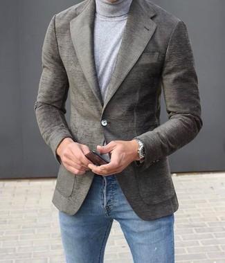 Как и с чем носить: серый шерстяной пиджак, серая водолазка, синие зауженные джинсы, серебряные часы