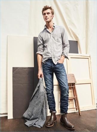 Как и с чем носить: серый шерстяной пиджак, серая рубашка с длинным рукавом, темно-синие джинсы, темно-коричневые кожаные ботинки челси
