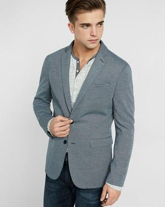 Комбо из серого пиджака и темно-синих джинсов — хороший офисный вариант.
