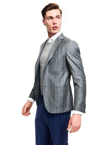 Как и с чем носить: серый пиджак в вертикальную полоску, серый свитер с круглым вырезом, белая классическая рубашка, темно-синие классические брюки в вертикальную полоску