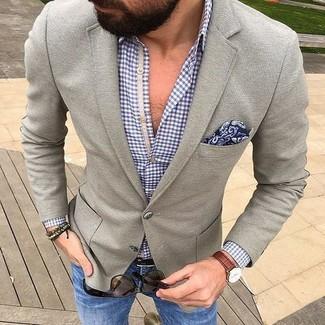 """Модный лук: серый шерстяной пиджак, синяя рубашка с длинным рукавом в мелкую клетку, синие джинсы, темно-синий нагрудный платок с """"огурцами"""""""