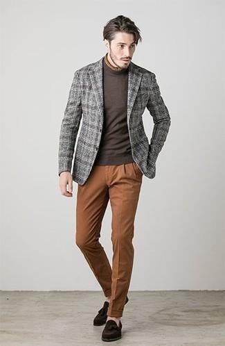 Как и с чем носить: серый шерстяной пиджак в шотландскую клетку, темно-коричневая водолазка, табачные брюки чинос, темно-коричневые замшевые лоферы с кисточками