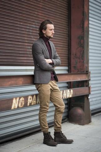 Как и с чем носить: серый шерстяной пиджак, темно-красная водолазка, светло-коричневые брюки чинос, темно-коричневые кожаные повседневные ботинки