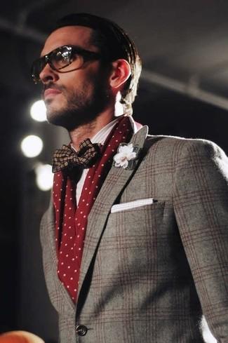 Как и с чем носить: серый шерстяной пиджак в шотландскую клетку, темно-синий шелковый галстук-бабочка, белый хлопковый нагрудный платок, темно-красный шарф в горошек