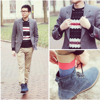 Как и с чем носить: серый пиджак, темно-синий свитер с круглым вырезом с жаккардовым узором, бежевые брюки чинос, синие замшевые повседневные ботинки