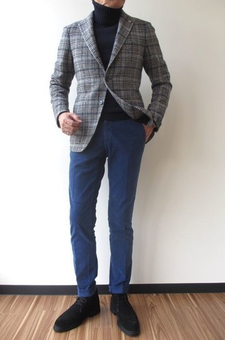 Как и с чем носить: серый шерстяной пиджак в шотландскую клетку, черная водолазка, темно-синие брюки чинос, черные замшевые ботинки дезерты