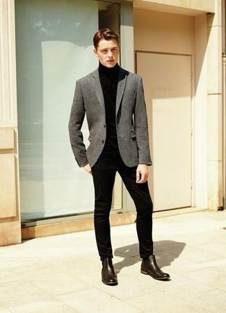 С чем носить темно-коричневые кожаные ботинки челси мужчине: Серый шерстяной пиджак и черные брюки чинос помогут составить гармоничный модный лук. Любители модных экспериментов могут дополнить лук темно-коричневыми кожаными ботинками челси, тем самым добавив в него немного классики.