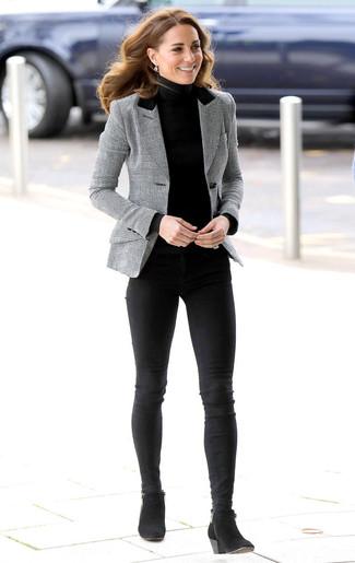 Как и с чем носить: серый пиджак в шотландскую клетку, черная водолазка, черные джинсы скинни, черные замшевые ботильоны
