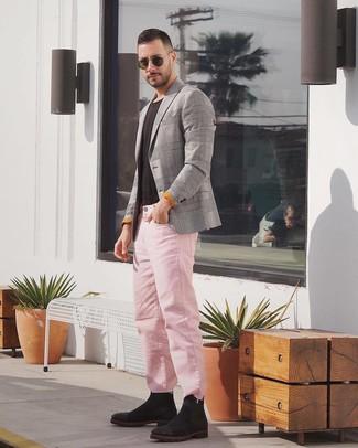 Как и с чем носить: серый пиджак в шотландскую клетку, черная футболка с круглым вырезом, розовые джинсы, черные замшевые ботинки челси