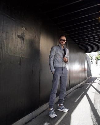 Как и с чем носить: серый пиджак в шотландскую клетку, черная футболка с круглым вырезом, серые брюки чинос, серые кроссовки