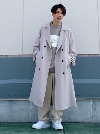 С чем носить серый свитшот с принтом мужчине: Серый свитшот с принтом в паре с бежевыми брюками чинос подчеркнет твой индивидуальный стиль. Что до обуви, закончи лук белыми кожаными низкими кедами.