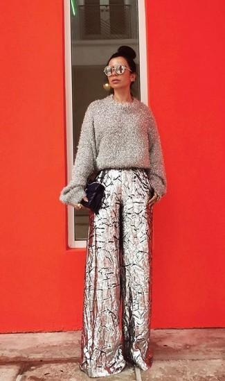 Как и с чем носить: серый пушистый свитер с круглым вырезом, серебряные широкие брюки, черная кожаная стеганая сумка-саквояж