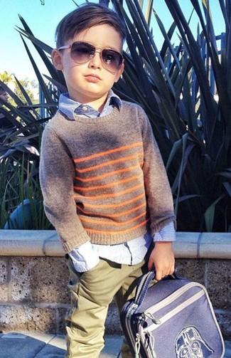 Как и с чем носить: серый свитер, голубая рубашка с длинным рукавом, оливковые брюки, синий рюкзак