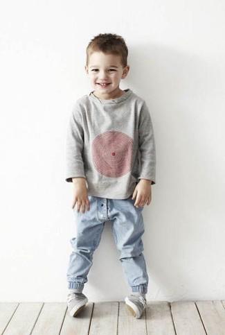 Как и с чем носить: серый свитер, голубые джинсы, серые кеды