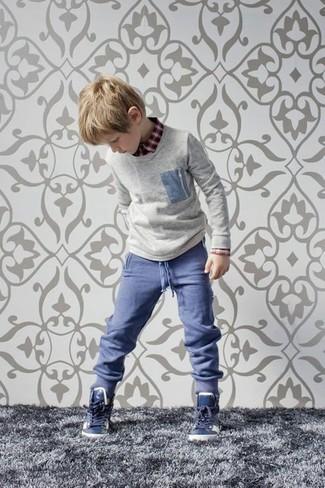 Как и с чем носить: серый свитер, красная рубашка с длинным рукавом, синие брюки, темно-синие кеды