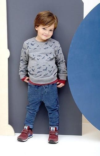 Как и с чем носить: серый свитер с принтом, красная футболка с длинным рукавом, синие спортивные штаны, красные кеды