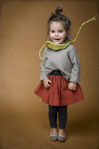 Как и с чем носить: серый свитер, оранжевая юбка, темно-серые леггинсы, серые балетки